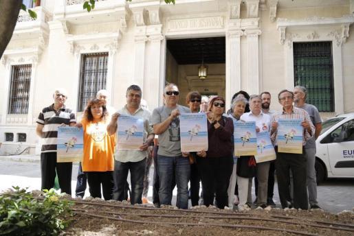 Representantes de las organizaciones que apoyan la protesta en una rueda de prensa frente a la sede del Banco de España.