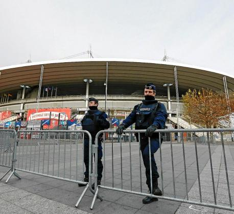 Dos gendarmes vigilan el exterior del estadio de fútbol parisino de Saint Denis. Foto: LAURENT DUBRULE