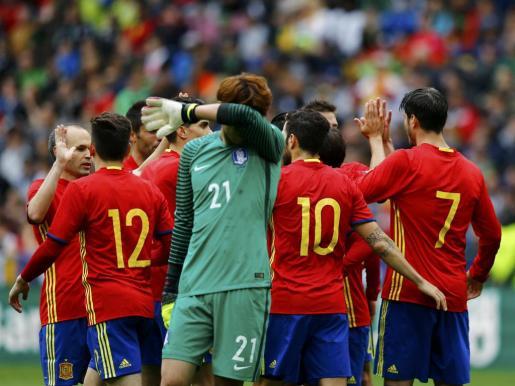 Los jugadores de la selección española celebran un gol ante el portero surcoreano.