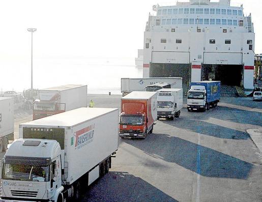 Las empresas de distribución aumentan sus pedidos de una semana para otra, de ahí el incremento de camiones en los buques de carga de la Trasmediterránea y Baleária que llegan al Port de Palma.