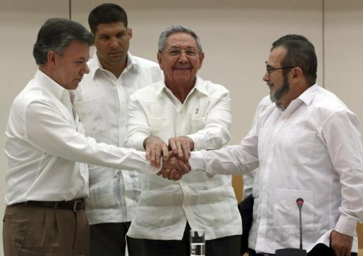 Fotografía de archivo del presidente de Cuba, Raúl Castro (centro), el presidente de Colombia Juan Manuel Santos (izquierda) y el máximo líder de las FARC, Rodrigo Londoño (derecha), alias 'Timochenko'.