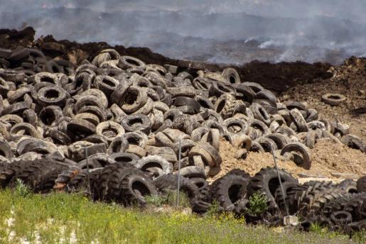 GRA199. RESEÑA (TOLEDO), 20/05/2016.- Una semana después del incendio del vertedero de neumáticos de Seseña (Toledo), los colegios están cerrados y continúan las tareas de extinción, mientras que los expertos calculan que la emisión de humos se reducirá notablemente en tres días. El incendio ha despertado dudas en la sociedad sobre el destino y usos finales de los neumáticos en España (330.000 millones de toneladas anuales), cuyo reciclaje es solo posible gracias a las tasas que pagan los consumidores. EFE/