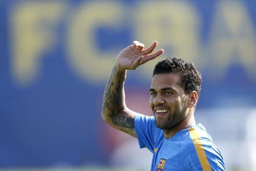 El jugador brasileño del FC Barcelona Dani Alves durante un entrenamiento en la ciudad deportiva Joan Gamper de Sant Joan Despí.
