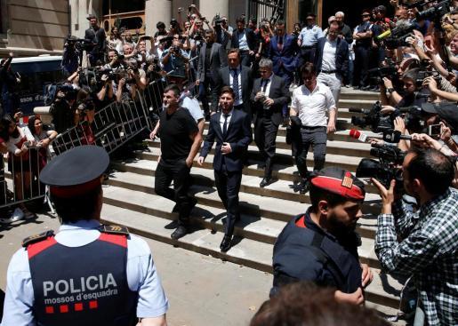 El jugador del FC Barcelona Leo Messi abandona la Audiencia de Barcelona tras declarar por presunto fraude fiscal.