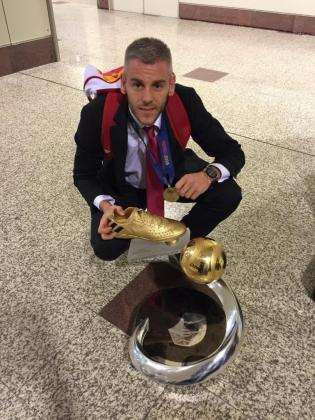 Miguelín con la copa de campeones de Europa.