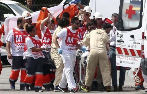 El piloto mallorquín de Moto2 Luis Salom, del equipo SAG Team, es atendido por los servicios sanitarios tras sufrir un accidente en la segunda sesión de entrenamientos libres del Gran Premio de Catalunya de motociclismo que se celebra este fin de semana en el Circuito de Catalunya-Barcelona.