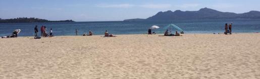 En plena temporada turística, la playa del Port de Pollença aún no tiene instaladas las sombrillas y hamacas.