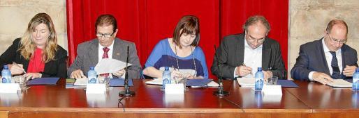 Patricia Gómez, Llorenç Huguet, Francina Armengol, Martí March y Juli Fuster, cuando se firmó el convenio para crear la Facultad de Medicina.