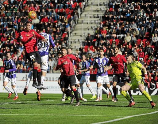 Brandon Thomas cabecea un balón durante el partido de la primera vuelta ante el Valladolid en Son Moix.