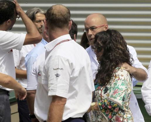 María Antonia Horrach, madre del piloto mallorquín Luis Salom, acompañada por personal de Dorna en las inmediaciones de la clínica móvil del circuito, tras el accidente que costó la vida a su hijo.