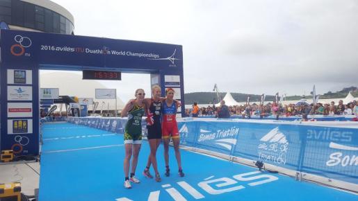 A la derecha, Mavi García junto a la campeona Emma Pallant (centro) y la segunda clasificada, Andrea Steyn (izquierda).