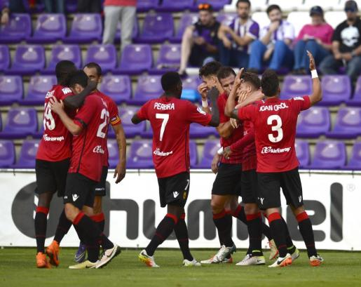 Los jugadores del Mallorca celebran el primer tanto de Brandon.