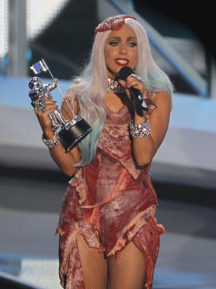 Lady Gaga al recoger uno de los MTV que ha conseguido.
