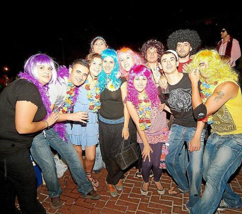 Centenares de personas acudieron a esta fiesta con vestimenta muy colorida y peinados afros rememorando los años 70, la época de las flores.