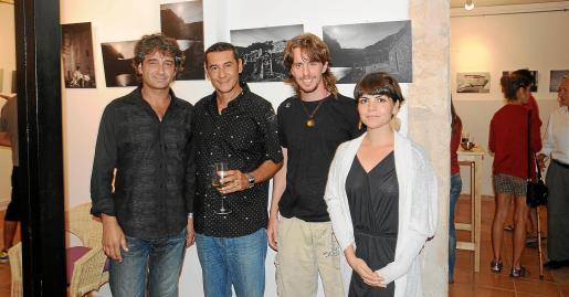 Tolo Jover, alcalde de Estellencs, junto al fotógrafo Martín Otaño y los actores Albert Comas y Agnes Llobet.