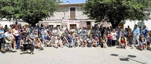 Un centenar de personas, entre los que se encontraba el alcade y regidores del Ajuntament, se concentraron para denunciar los envenenamientos de los animales.
