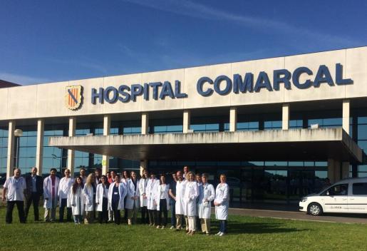Los estudiantes con miembros del hospital de Inca.