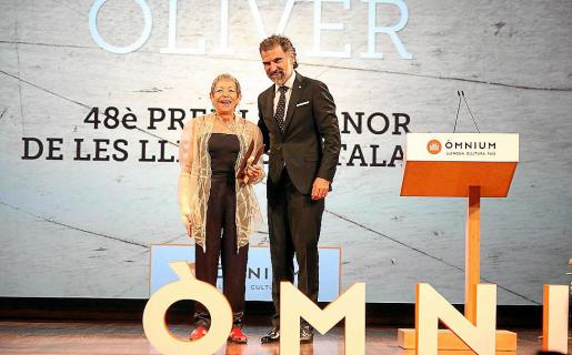 ac5efbcb3a90 Maria Antònia Oliver recoge el Premi d'Honor de les Lletres Catalanes