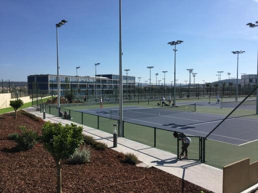 El colegio internacional abrirá sus puertas en septiembre pero la academia de tenis ya se encuentra en pleno funcionamiento.
