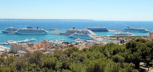 El pasado 5 de mayo coincidieron en el Port de Palma ocho cruceros, cifra histórica hasta la fecha. La previsión para los meses de junio, julio y agosto es que algunos días habrá atracados en los muelles del Port hasta seis buques.