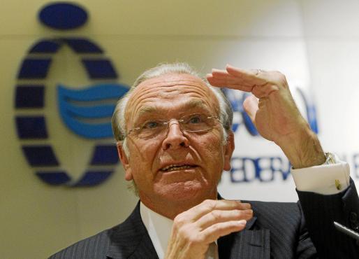 Isidro Fainé asegura que La Caixa cumple 'sobradamente' los nuevos requisitos.