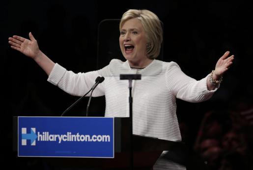 La precandidata a la presidencia de EE.UU. por el partido Demócrata Hillary Clinton pronuncia un discurso ante sus seguidores al final de la Noche de elecciones primarias en Brooklyn, Nueva York.