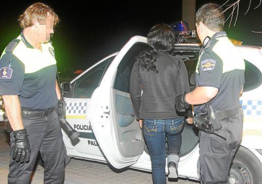 Una amiga de la mujer retenida solicitó ayuda a los agentes de la Policía Local.