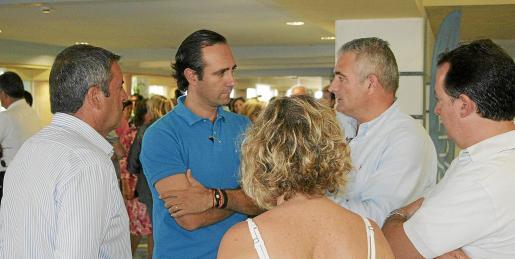 Bauzá y Font, rodeados de otros cargos del PP, durante las jornadas que se celebraron en Formentera el fin de semana.