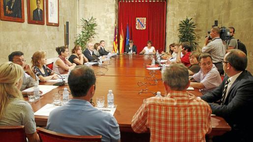 La plataforma vecinal se reunió ayer con Francesc Antich y Joana Barceló.