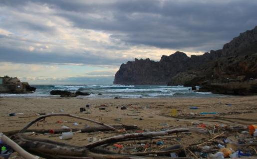 Con el mar revuelto salen a la arena ingentes cantitades de basura. Imagen de Cala Sant Vicenç, Pollença.