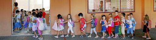Los escolares se reencontraron ayer en las aulas, aunque para los más pequeños el momento de dejar a los padres fue el más duro. En la imagen, alumnos del colegio Eugeni Lópèz entrando en clase.