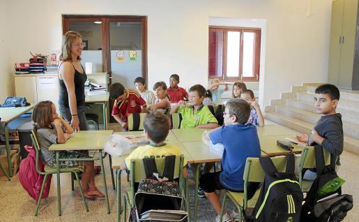 Los alumnos de Son Macià han iniciado las clases en el 'hall' del colegio Pere Garau.