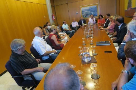 Momento de la reunión entre representantes del Govern, del Ajuntament y del sector privado.