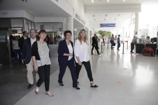 La presidenta Francina Armengol y la consellera Patricia Gómez en el hospital de Manacor.