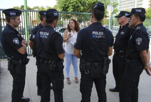 La regidora del Ajuntament de Palma conversa con un grupo de polícias locales.