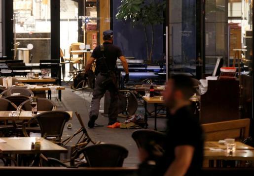 Un agente de olicía en las inmediaciones del ataque.