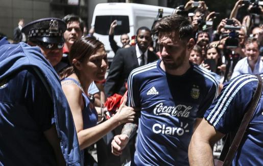 Lionel Messi es abordado por la aficionada mexicana Norma Briseño a su llegada al hotel del equipo.