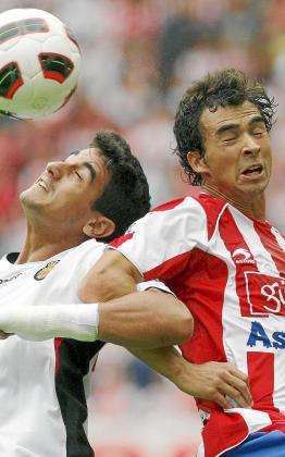 El mallorquinista Pau Cendrós pugna en un salto por el balón ante Miguel de las Cuevas.
