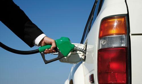 Imagen de archivo de una persona repostando gasolina.