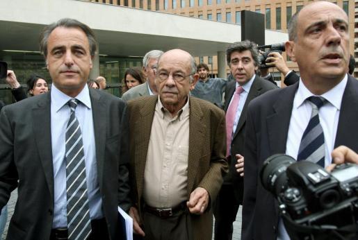El ex presidente del Palau de la Música, Fèlix Millet (centro de la imagen), a su salida del juzgado en la Ciudad de la Justicia de Barcelona.