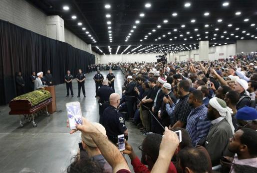 Miles de personas han acudido este jueves al funeral musulmán del boxeador Muhammad Ali.