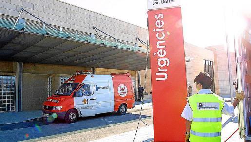 Una ambulancia aparca frente a la zona de urgencias del hospital de San Llàtzer.