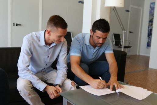 Patrick Messow y Biel Guasp firman el contrato que unirá al jugador al ATB hasta 2017.
