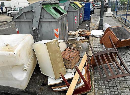 Los trastos se acumulan en las calles ya que Emaya no da a basto para cubrir el servicio de recogida.