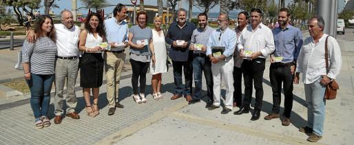 Cort y las patronales del comercio presentan el folleto contra la venta ambulante ilegal en la Platja de Palma.
