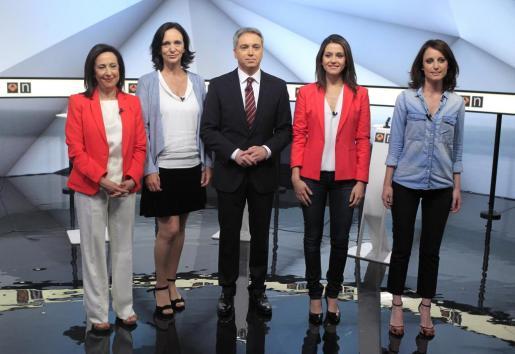 El periodista y moderador del debate a cuatro Vicente Vallés posa con Margarita Robles (PSOE), Carolina Bescansa (Unidos Podemos), Inés Arrimadas (Ciudadanos) y Andrea Levy (PP).