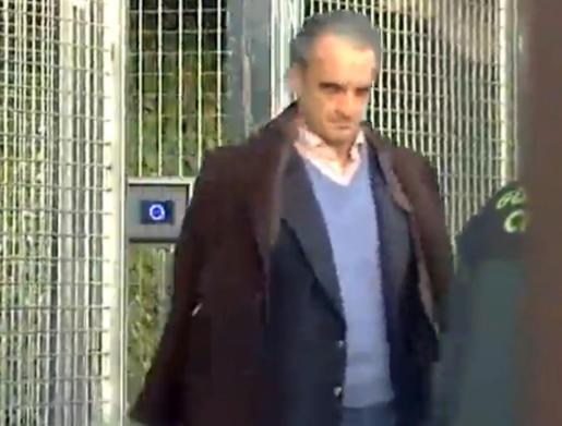 Mario Conde, saliendo de su casa el día de su última detención.