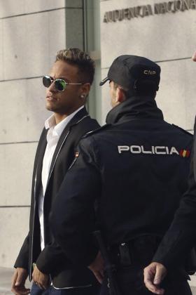 Fotografía de archivo (Madrid, 02/02/2016) del internacional brasileño del Barcelona Neymar da Silva (i), a su llegada al Juzgado Central de Instrucción 5 de la Audiencia Nacional para declarar por presunta estafa en su fichaje por el Barcelona desde el Santos.