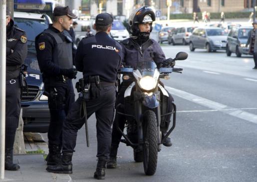Agentes de la Policía Nacional se desplazaron al lugar tras la llamada de alerta y realizan la investigación.