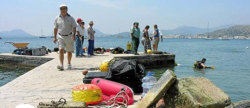 Imagen de archivo de una actuación de retirada de fondeos ilegales en las inmediaciones de Albercuix, en el Port de Pollença.